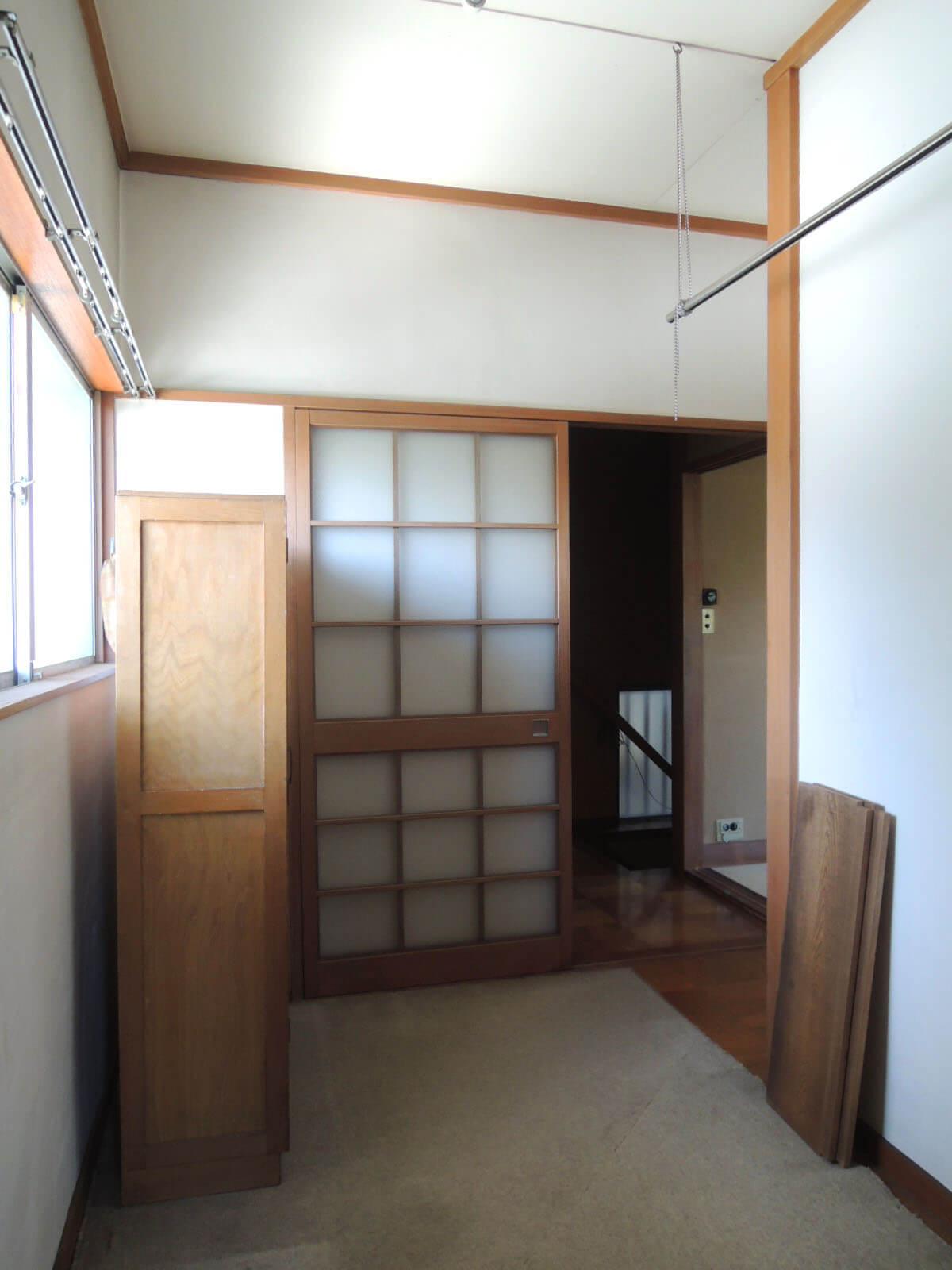 2階 3帖ほどの洋室、納戸やクローゼットや書斎に充てるのに重宝します