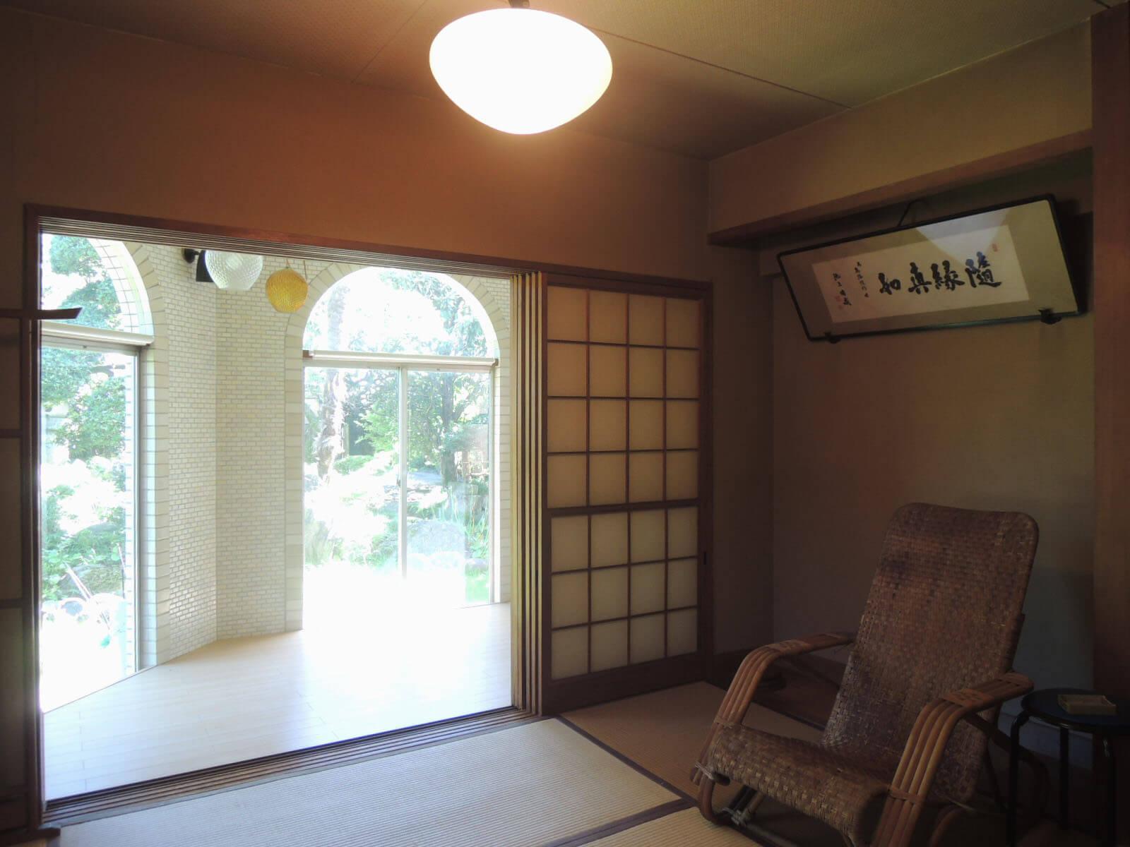 大きな窓越しに居間から庭を堪能できます