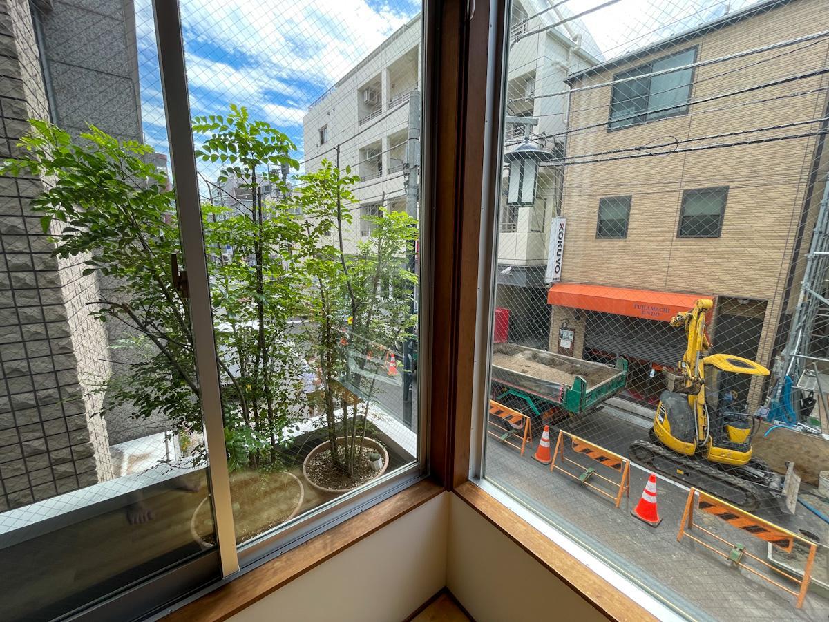 L字型の大きな窓からは神山通りを見下ろせる