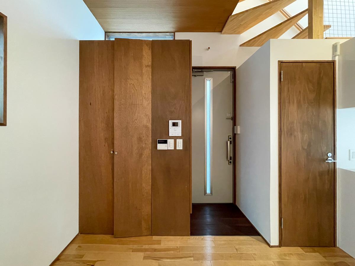 玄関。向かって左側に収納、右側のドアはトイレ