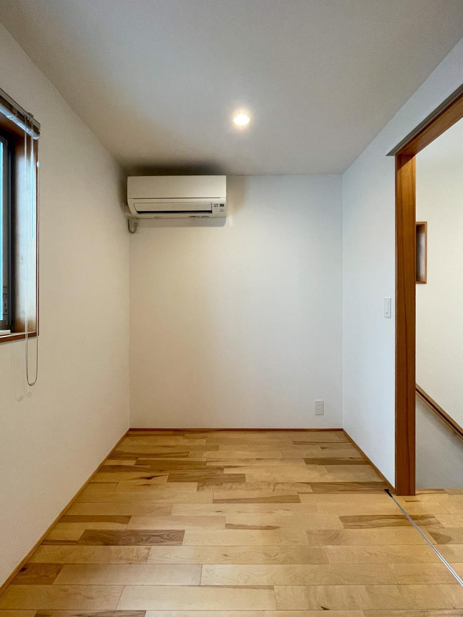 東側の洋室。子供部屋や書斎に良さそうなサイズ感