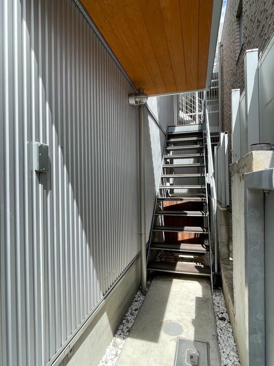 門扉を入って階段で2階へ