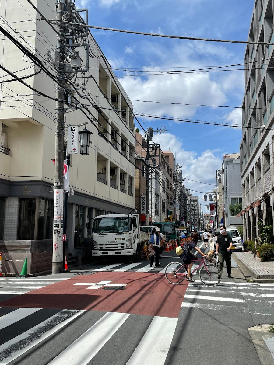 奥渋のメインストリート神山通り。この通りにも1本路地を入ったところにも、たくさんの魅力的な店が集まる