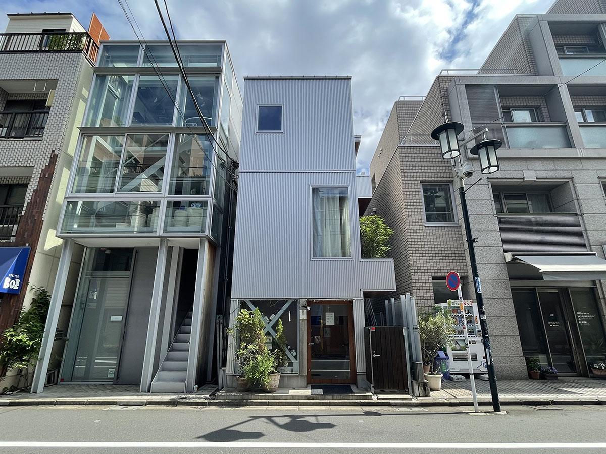 神山通り沿いという好立地に立つ戸建ての2〜3階部分。奥渋に住んでみたかった方には喜んでいただけそうな立地