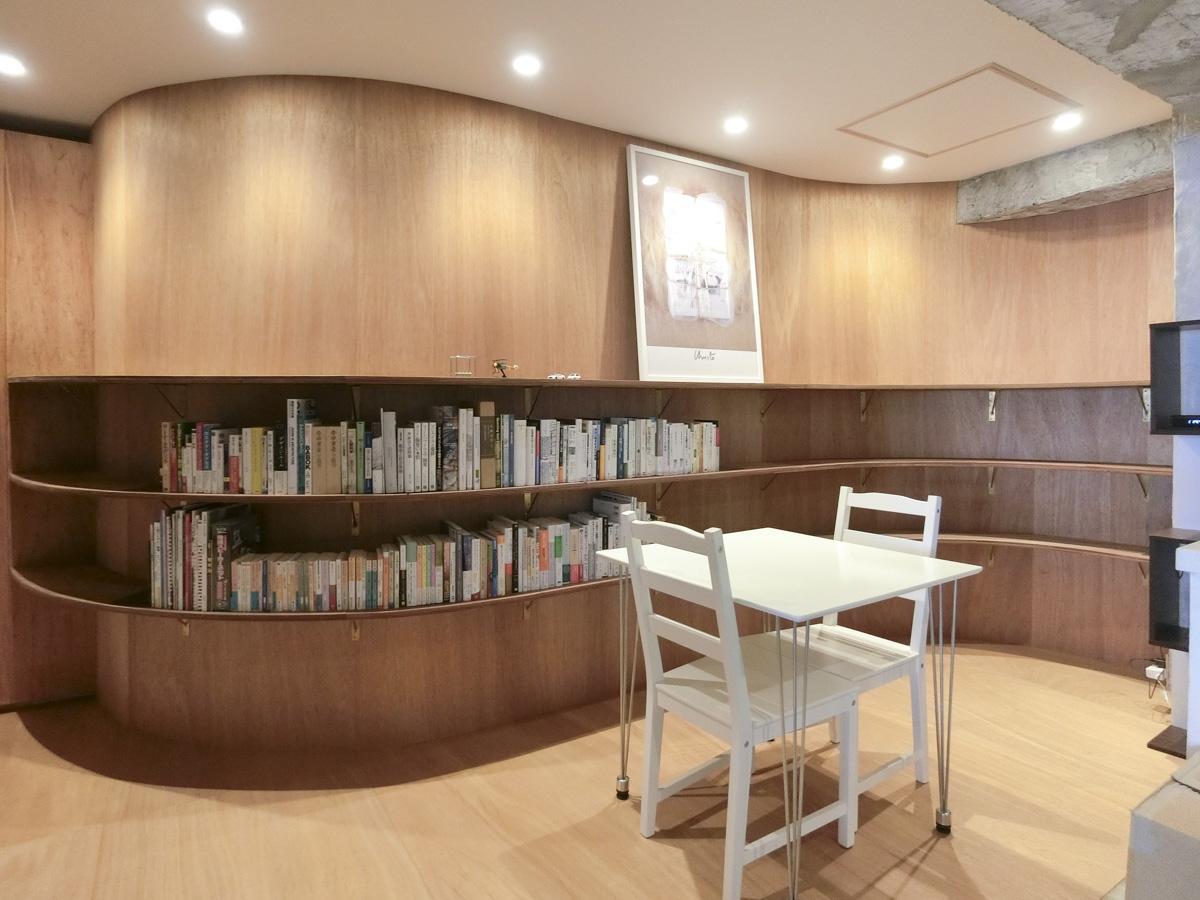 曲面の壁に合わせて造作した本棚は程よい寛ぎスペースになりそう