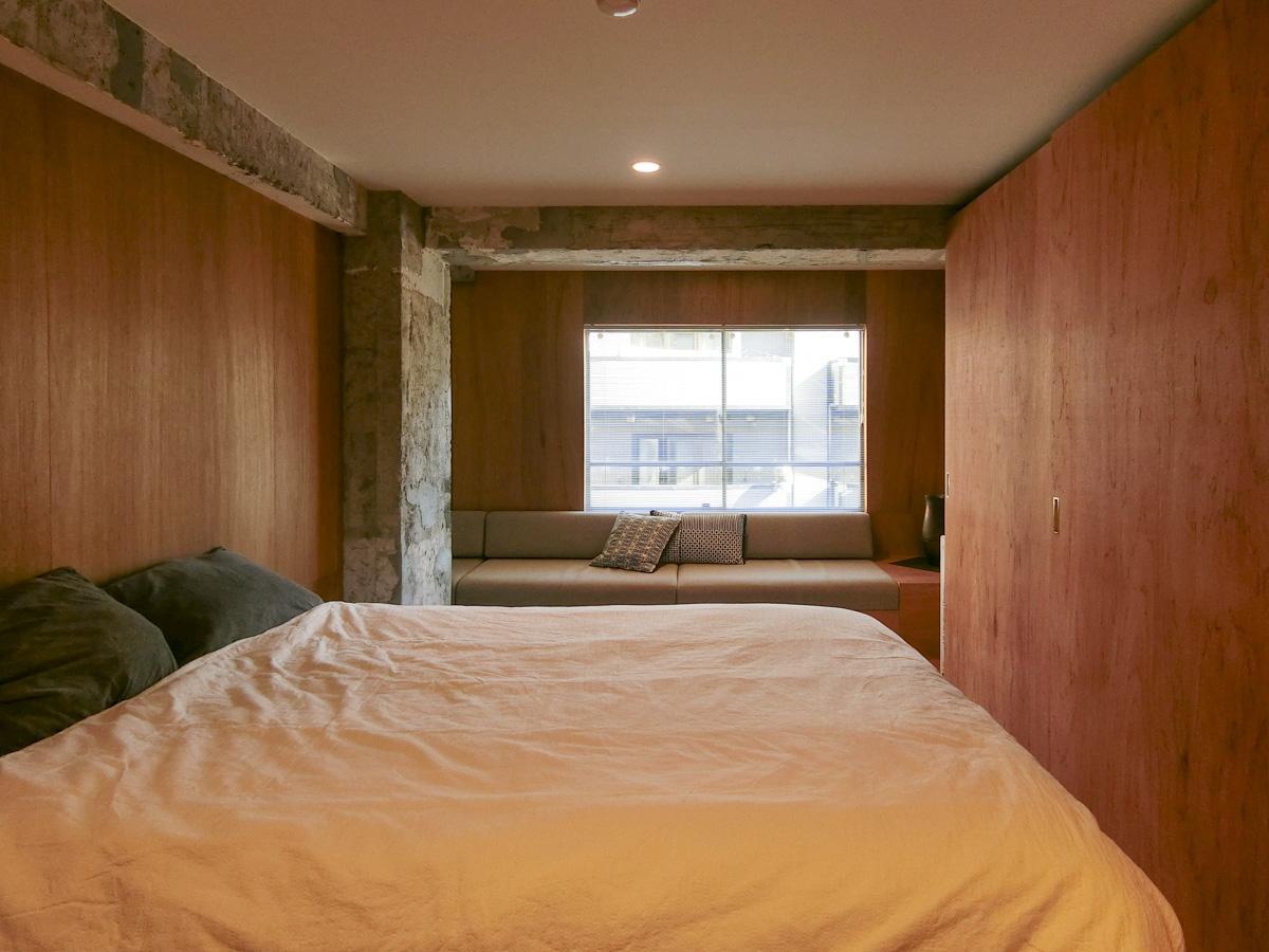 現在寝室として使用されているプライベートゾーンは、床も壁もラワン合板仕上げ