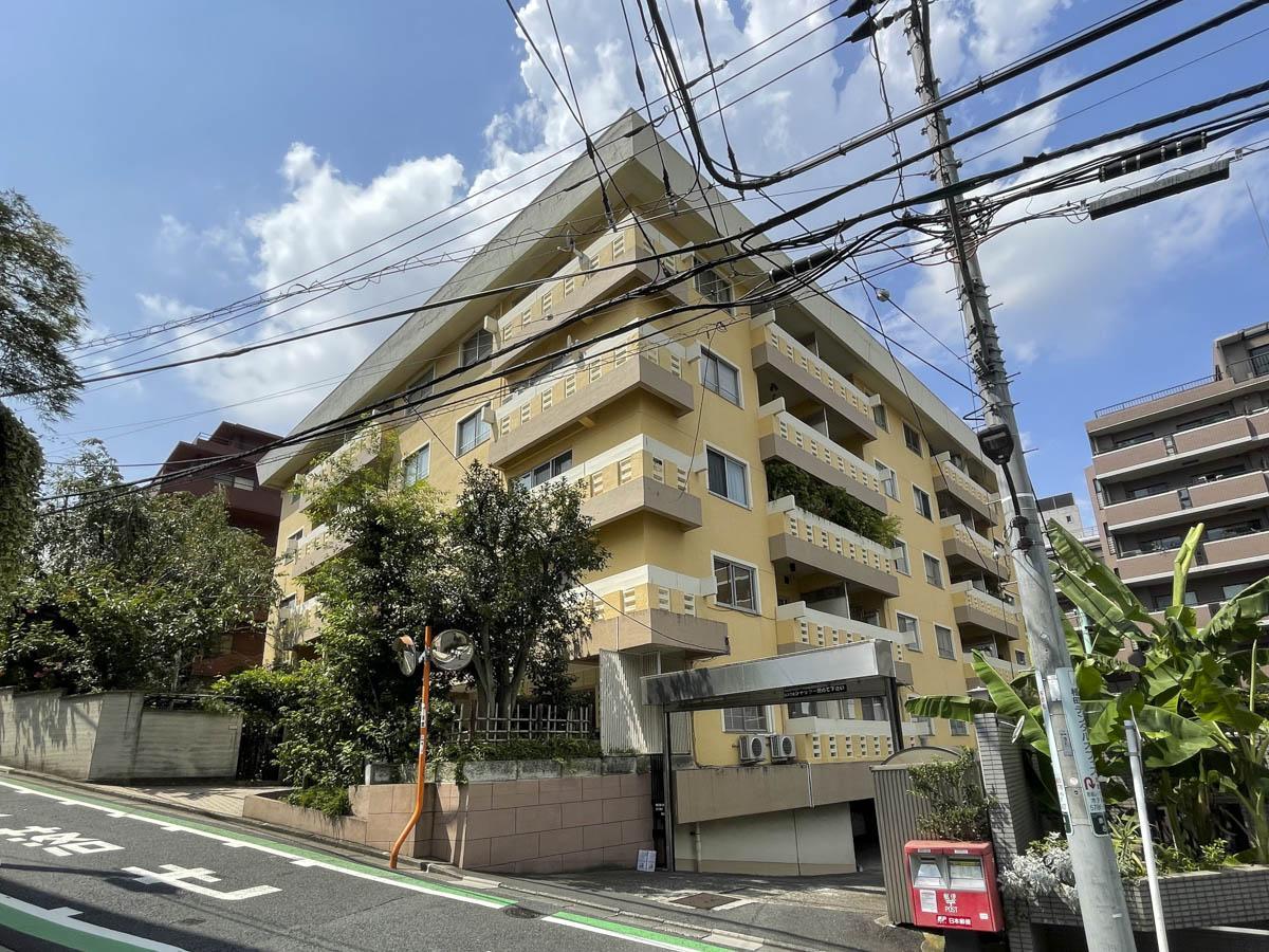 赤坂、坂の中腹に建つ風格ある60年代レトロマンションの1階