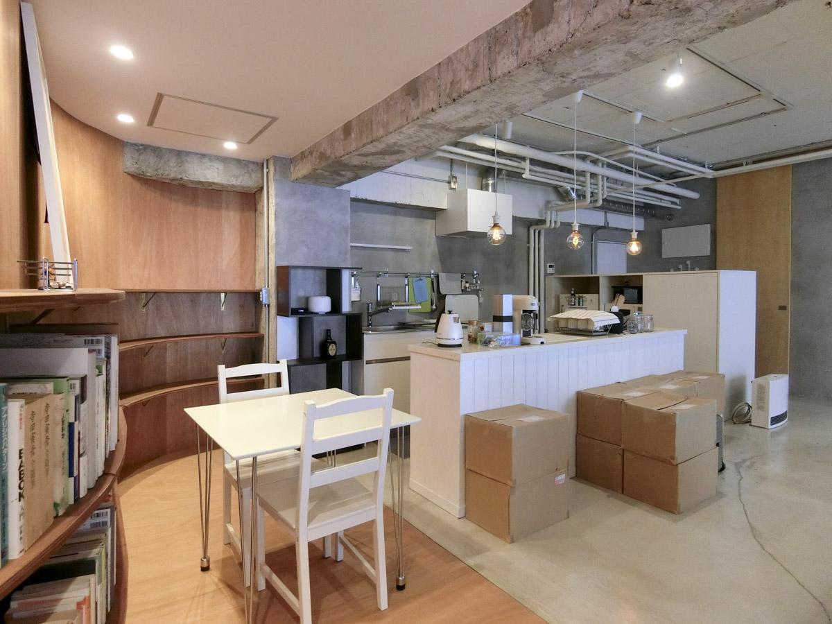 仕切りはないものの、壁と床の切り替えで緩やかに空間が区切られる