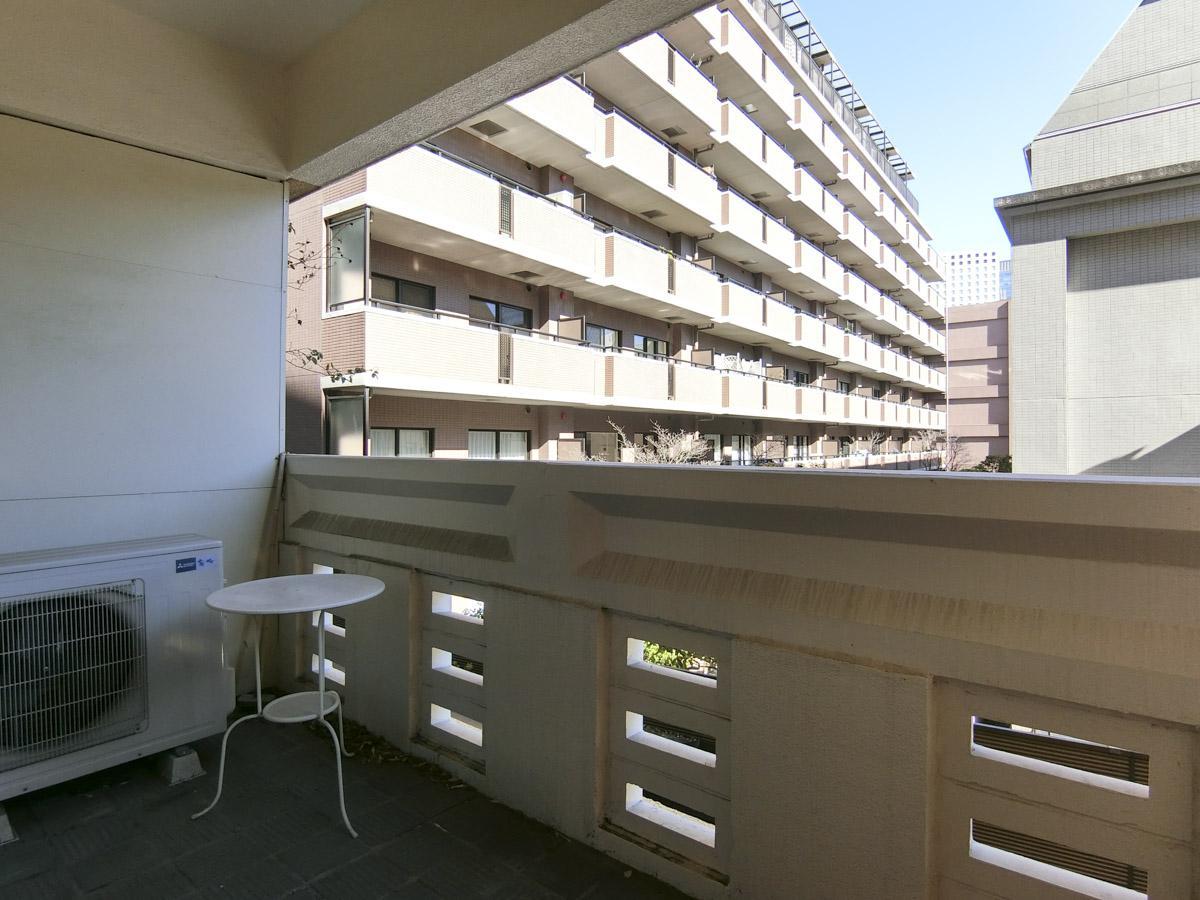 バルコニーからの眺望。1階ですが地下階があるため、少し抜け感があります