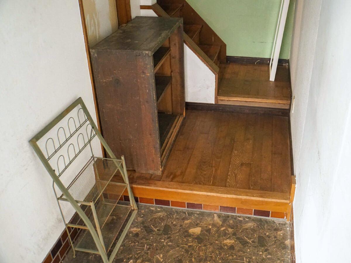 奥の階段を上がると、2階がまるまるシェアハウス