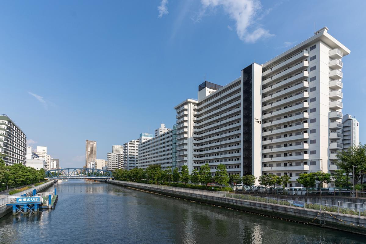 小名木川沿いに立つマンション