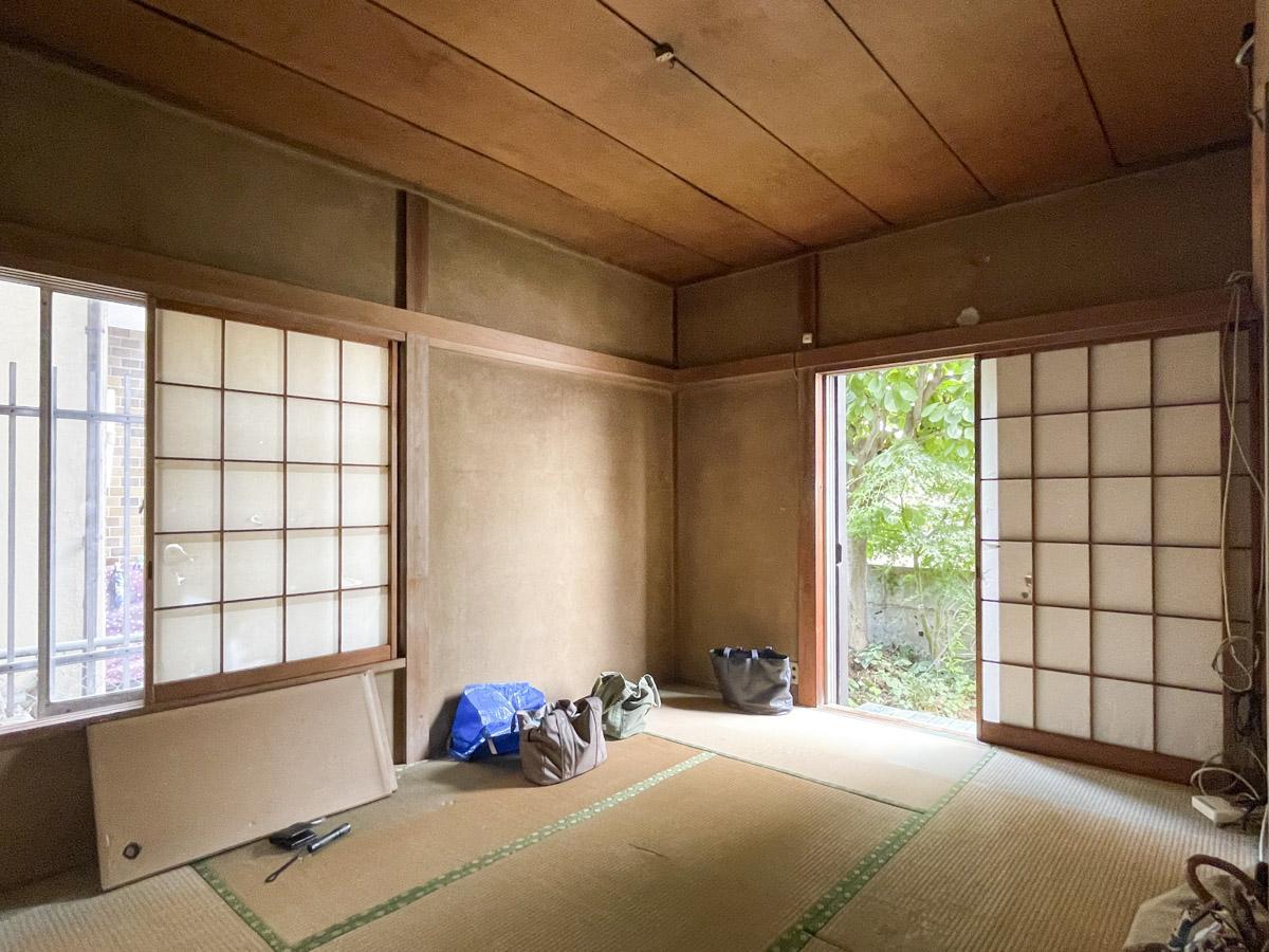1階和室からは小さな庭の緑がもさっと。縁側的に使用することも可能