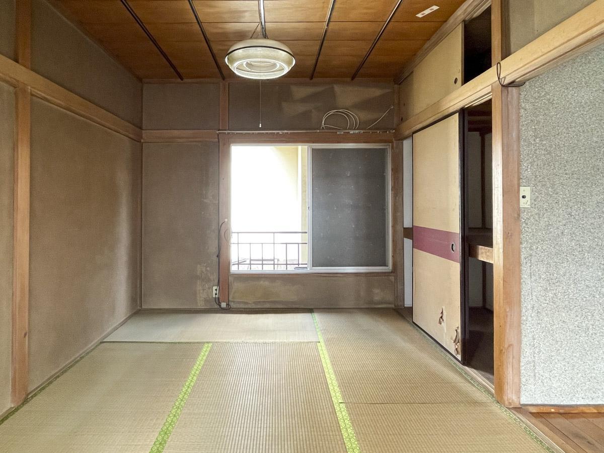 北側和室。窓の向こうは隣の家の壁のため、眺望は抜けない