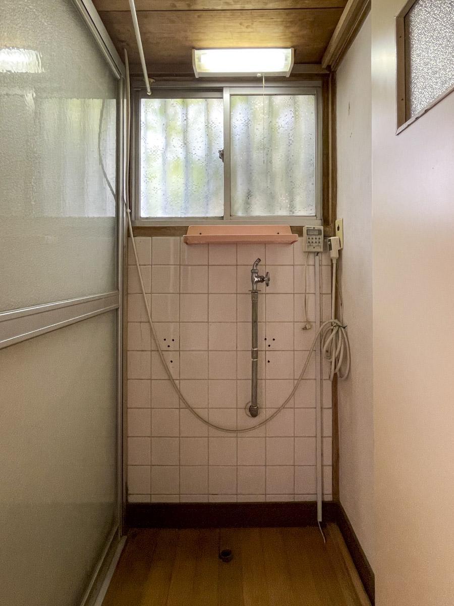 浴室前の洗濯機置き場。洗面台の置き場は検討が必要