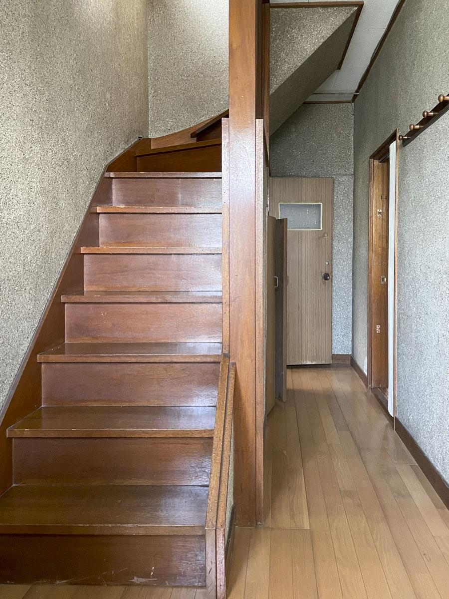 玄関に入るとすぐに階段。右手廊下の左奥にトイレ