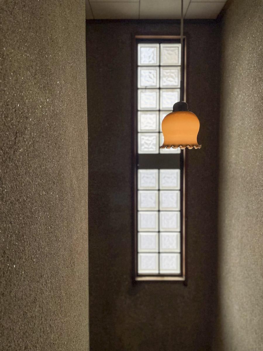 階段の窓ガラスがレトロでかわいい
