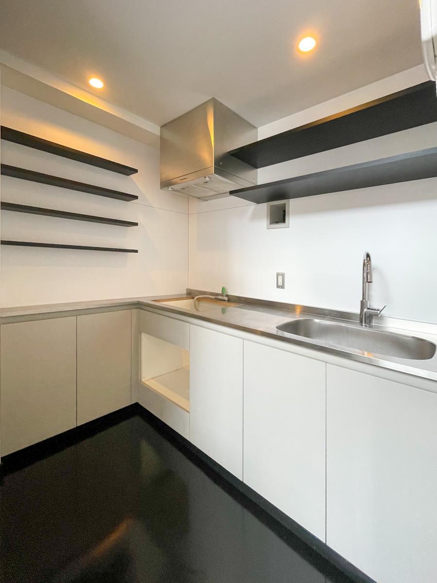 キッチン。建築当時は住居兼事務所を想定されていたそうで、この広さはその名残