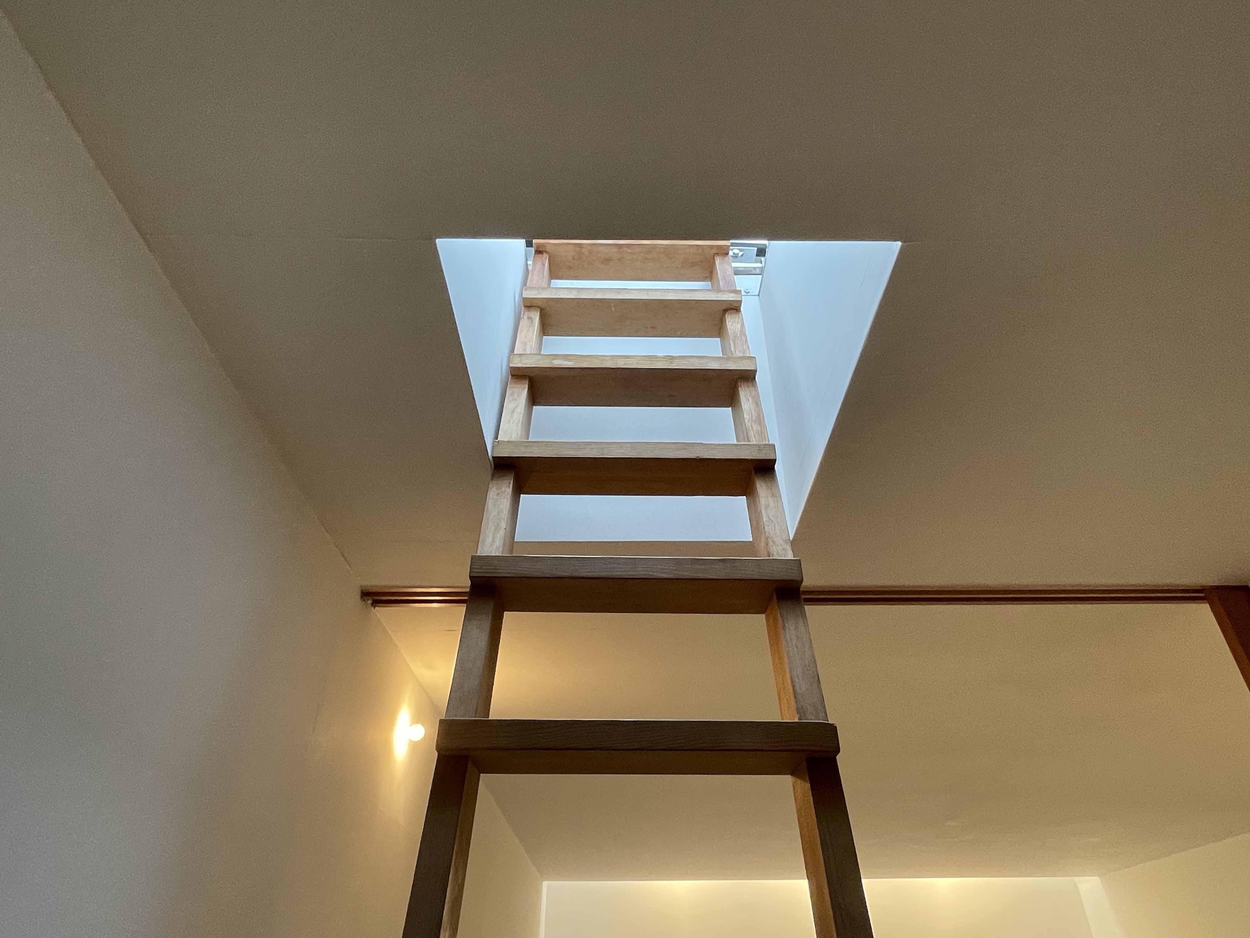 屋上へ上がるはしご