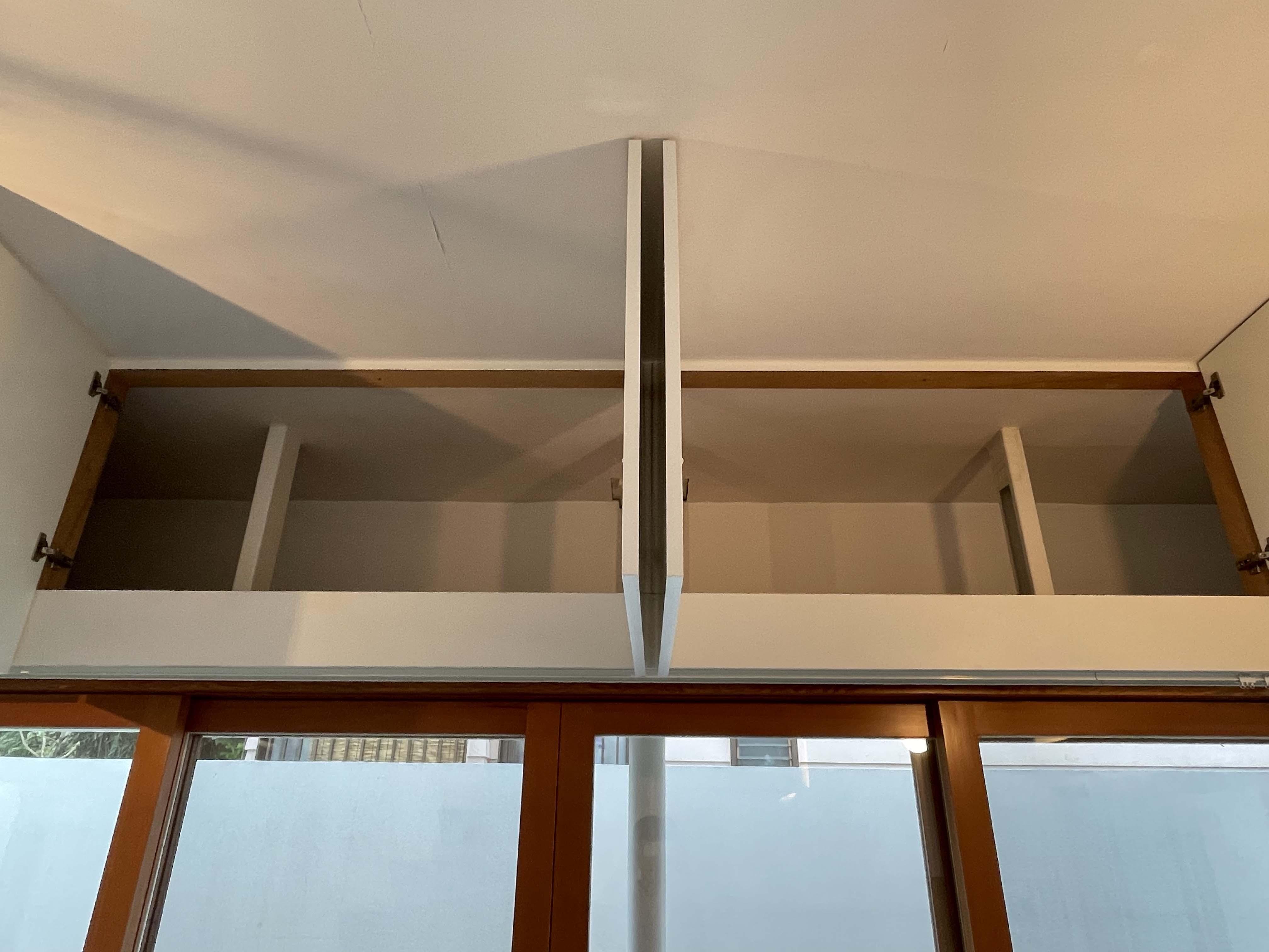 1階:ガラス戸の上は収納。物の出し入れには脚立が必要です