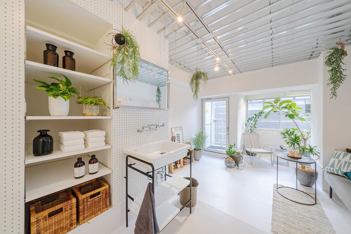 植物のメンテナンスや趣味の作業の際の使い勝手を優先して室内に設けた洗面台