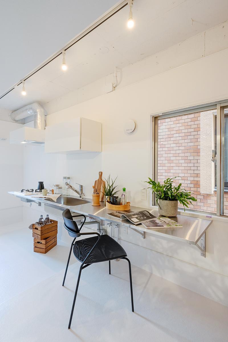 約3mのワイドなキッチンはシンク右側に約1.3mのカウンターがあり、デスクとしても使えます