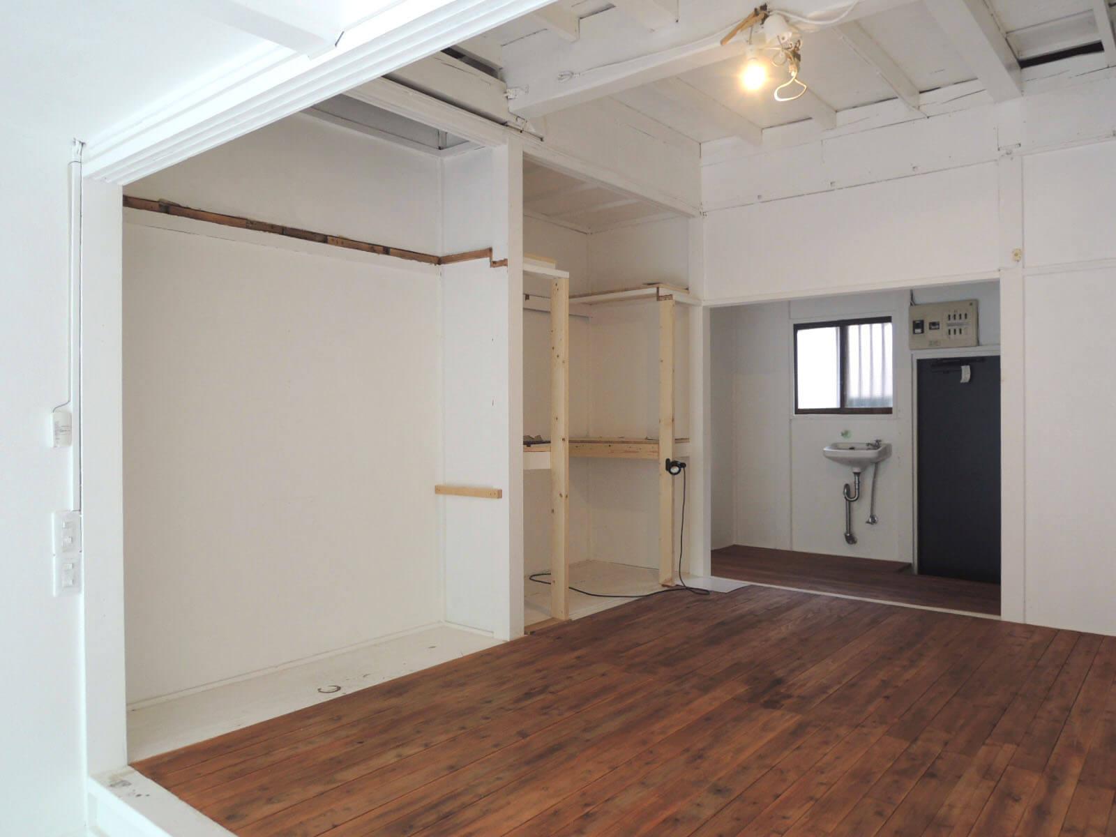 押入だった部分は収納棚や収納棚を作り込むことも