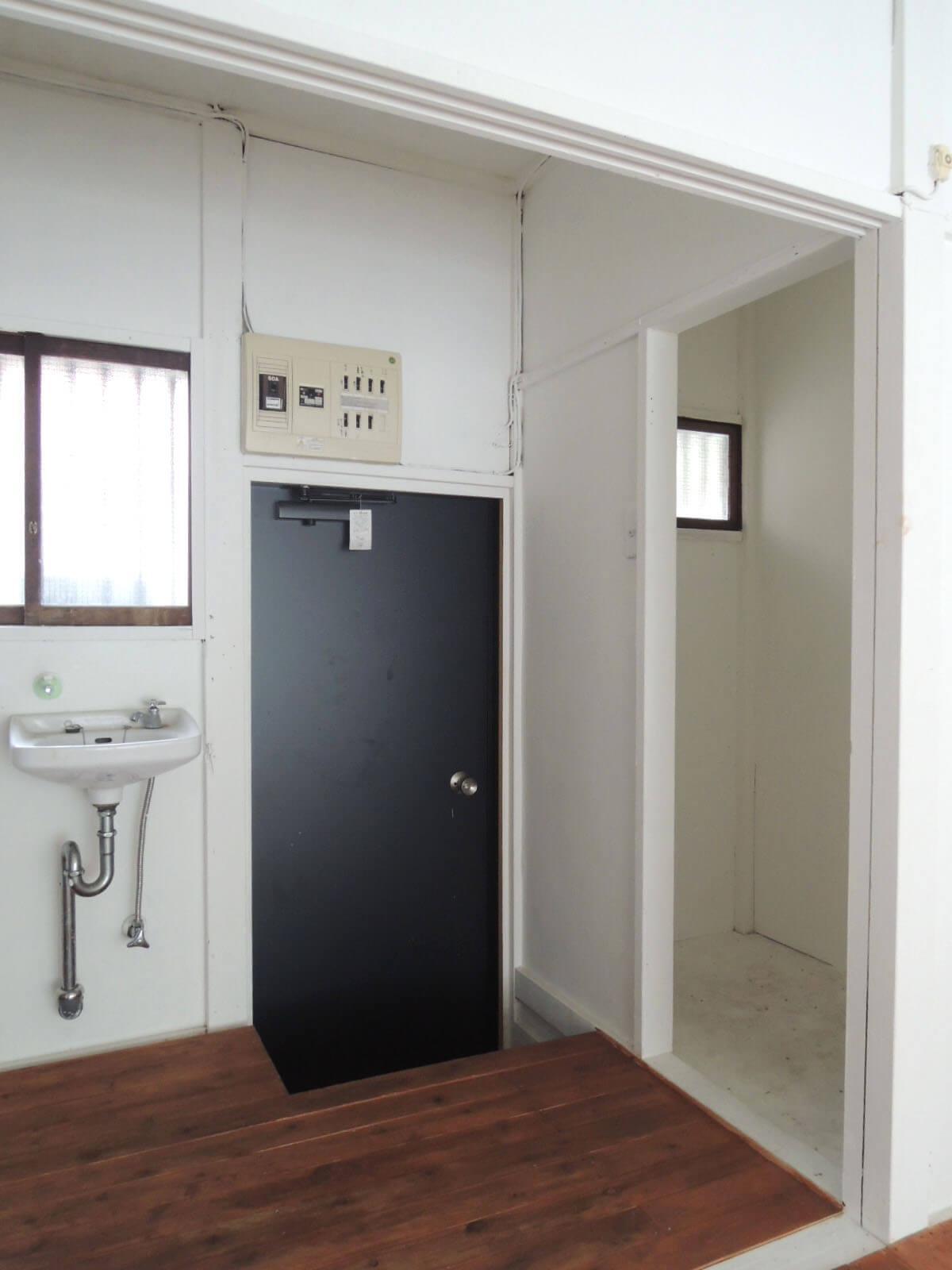 右側には小さな納戸スペースが