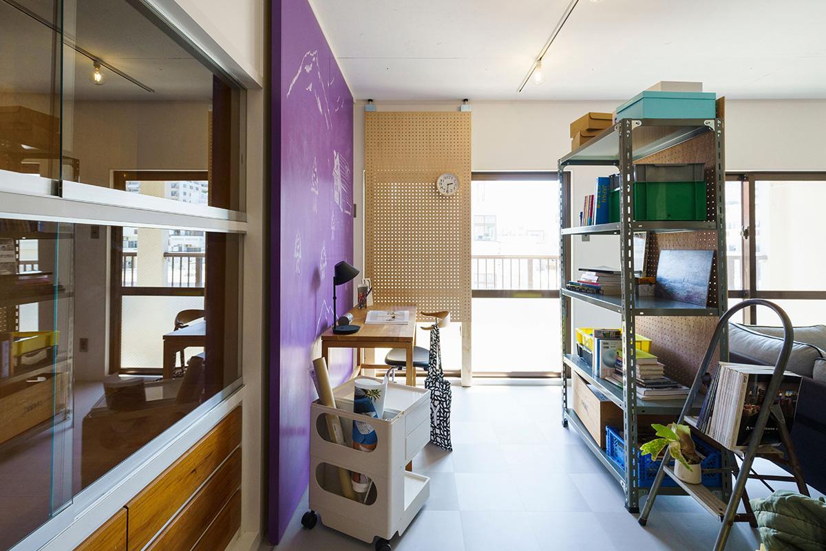 紫の建具を開けると、かわいい箪笥が