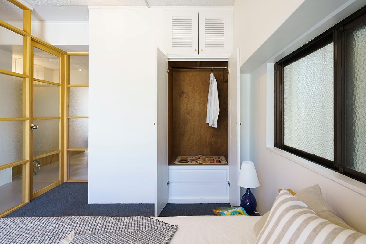 寝室の床にはブルーグレーのタイルカーペットが敷いてありますが、撤去すればリビングと同じグレーのPタイルが出てきます