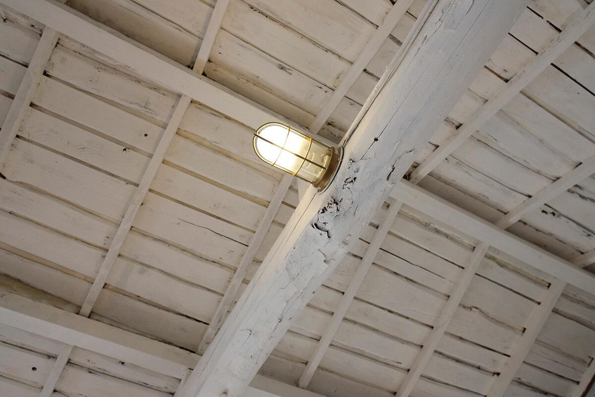 2階:梁には船舶照明が