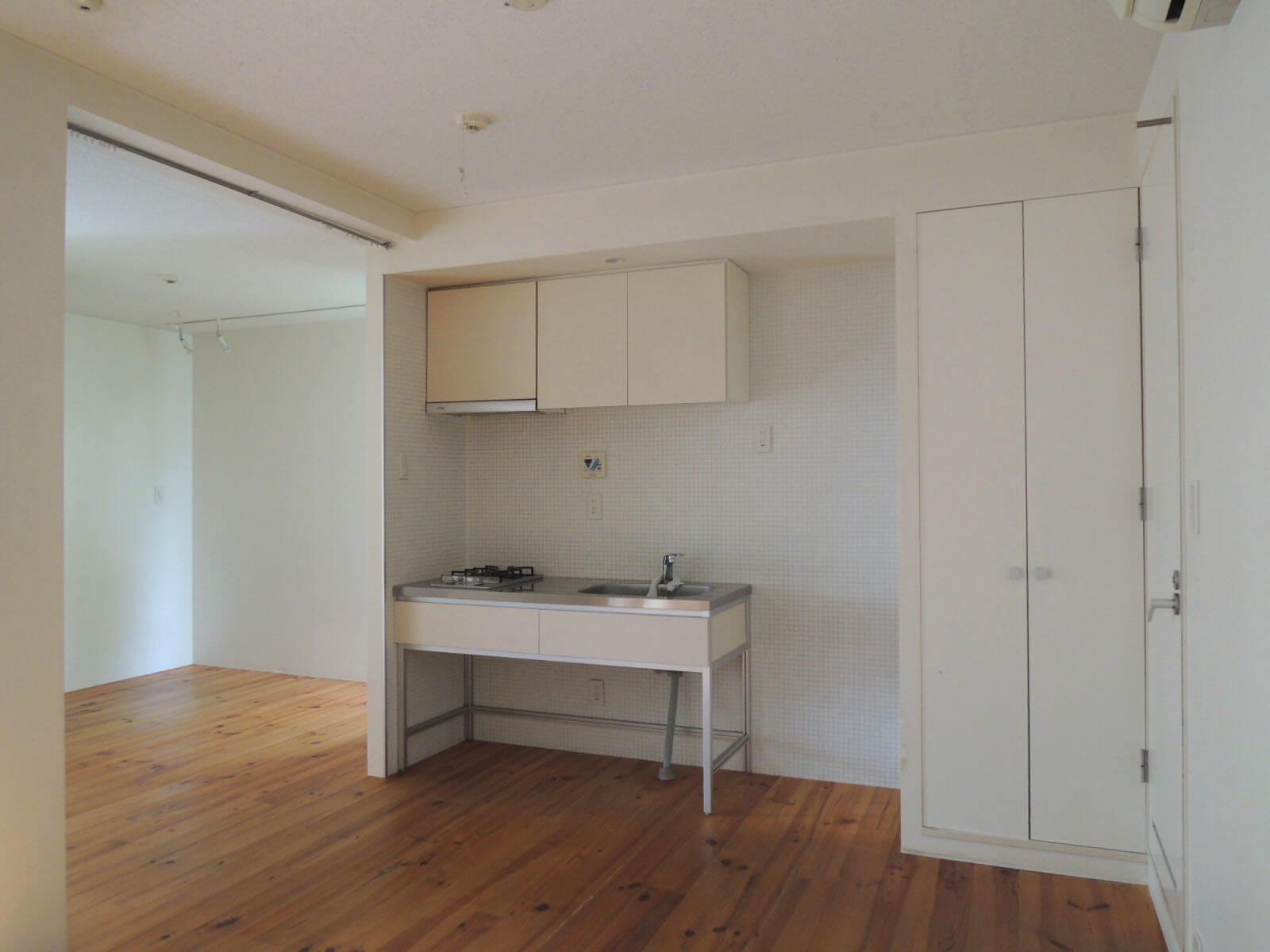 キッチンは過不足なく、左奥はベッドスペースに