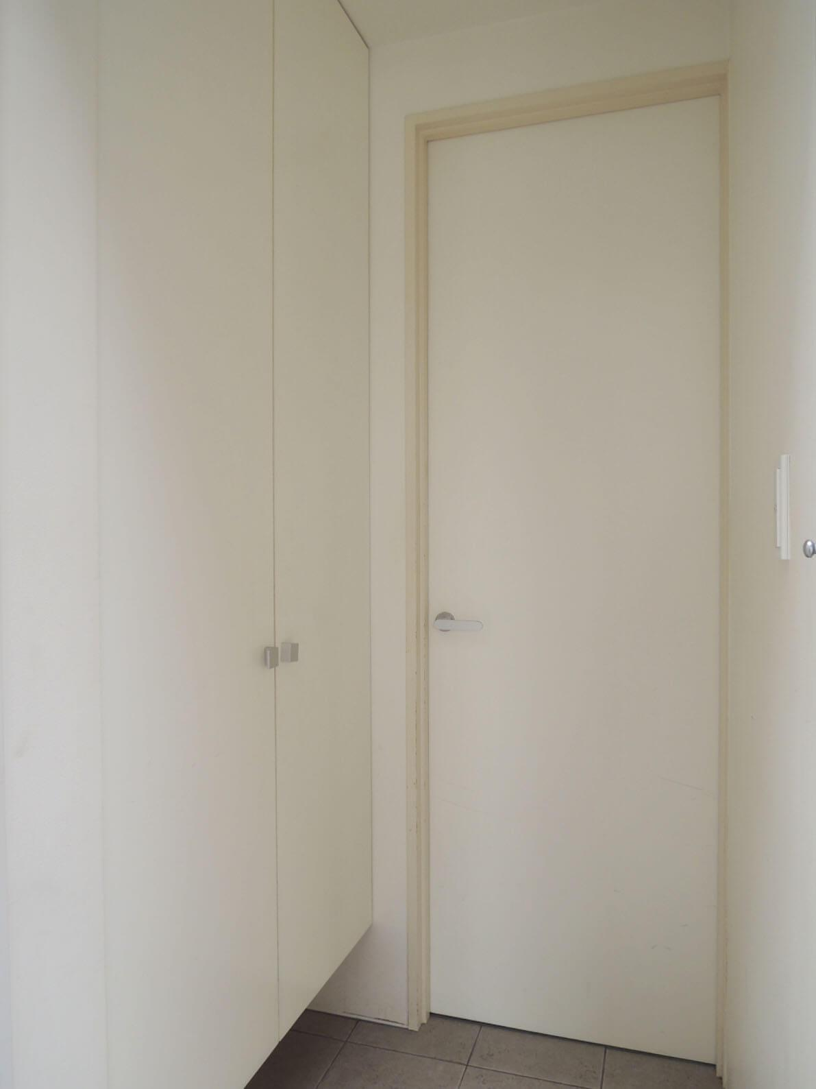 玄関は2段階の扉で音漏れを緩和