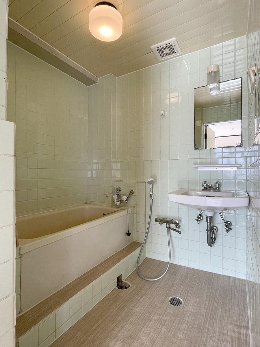 お風呂と洗面は同室。浴槽は大きめ、足も伸ばせそう