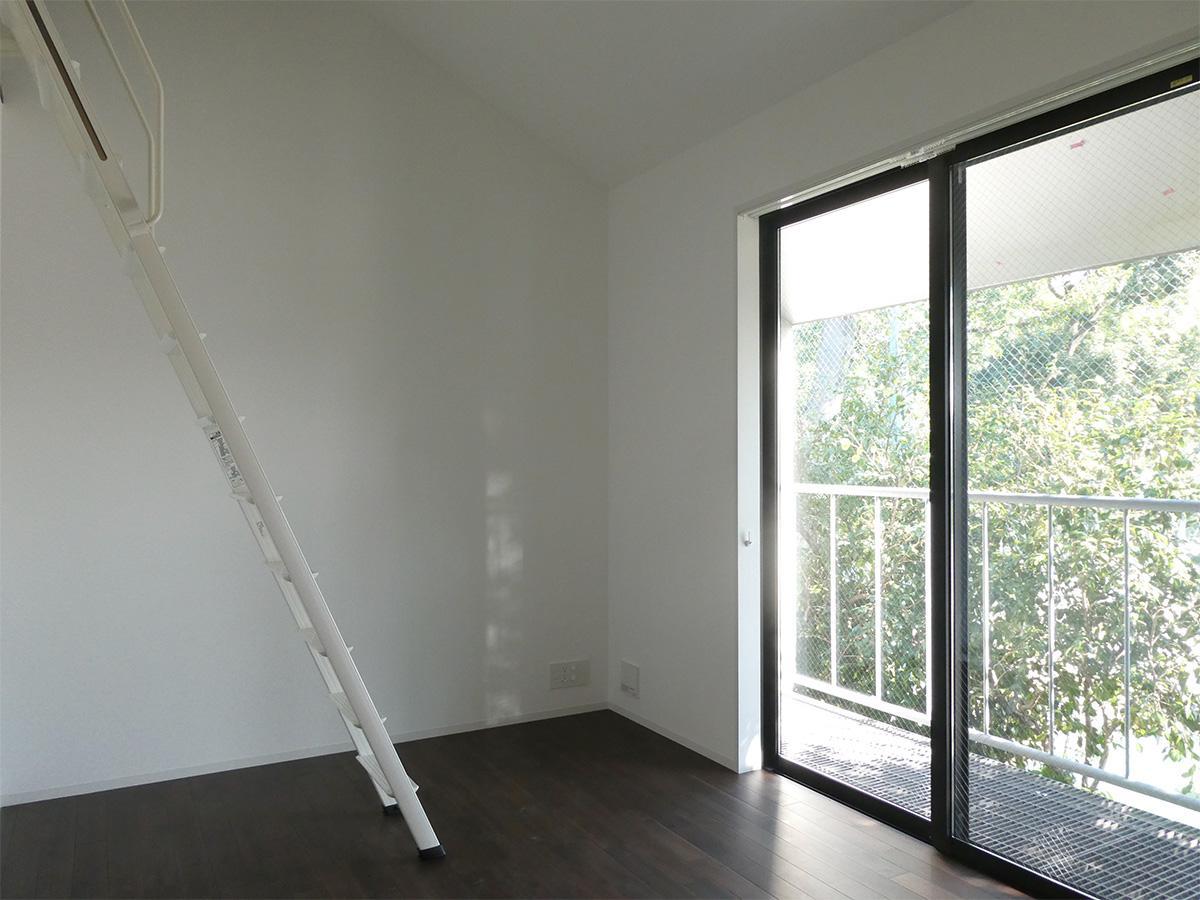 2階南側洋室:光が入り明るい。ロフトつきです