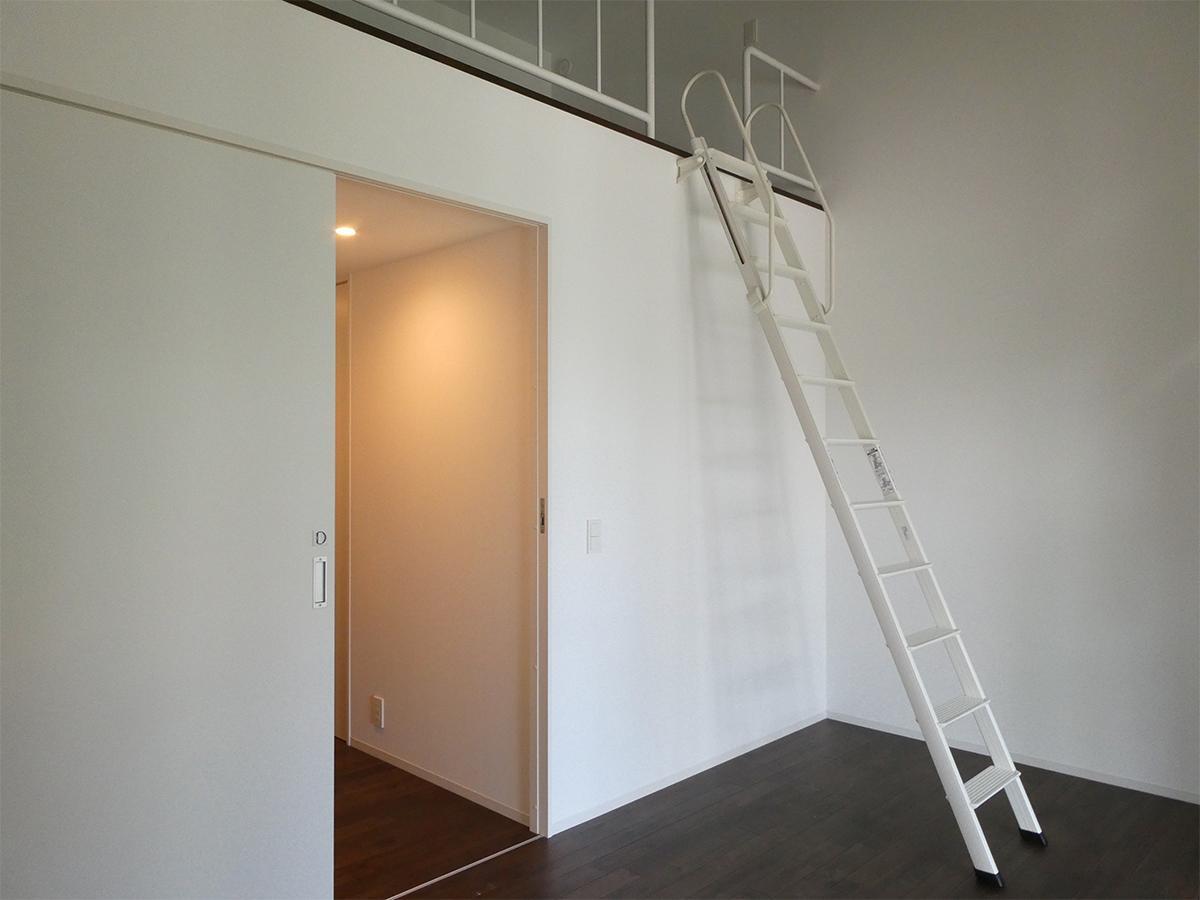 2階南側洋室:最高高さ約3.7mの勾配天井のおかげで開放感あり