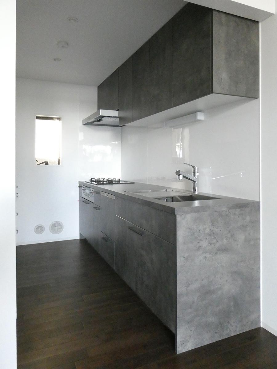 1階キッチン。ゆったりと使いやすそう。背面には収納棚と冷蔵庫置き場