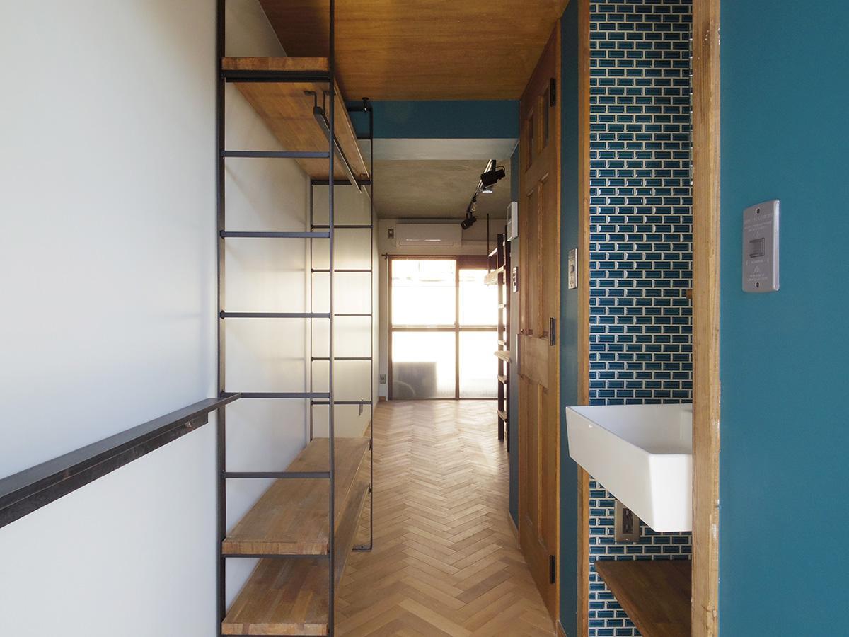 玄関からのアングル。鉄と木材の組み合わせがインダストリアルな雰囲気