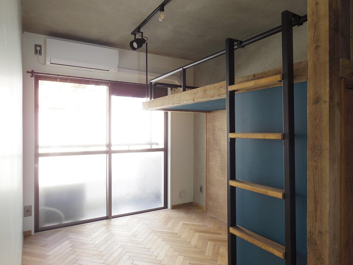 ロフトベッドの下にソファや一人掛けのチェアを置くイメージ