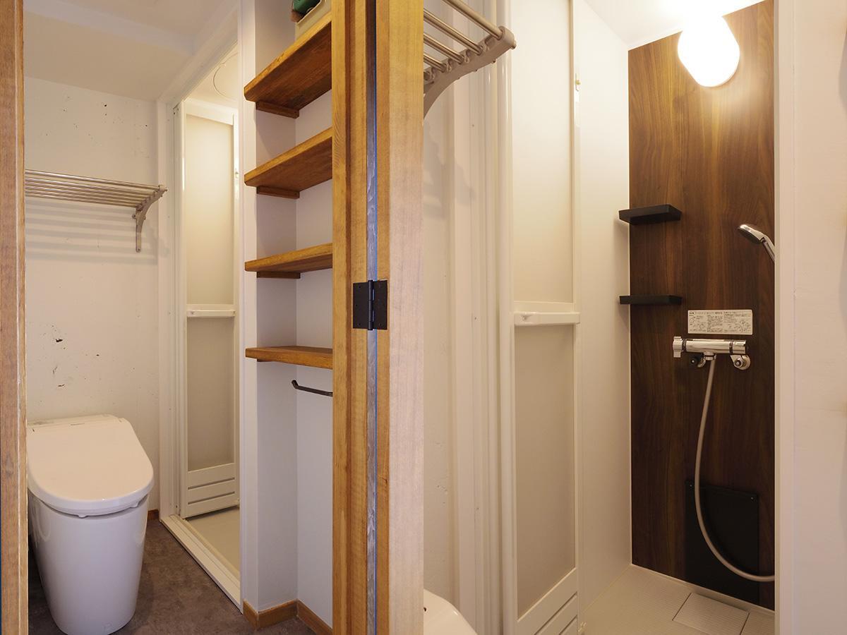 トイレにはタオルがかけられるバーシェルフも設置。浴槽はなくシャワーブースのみ