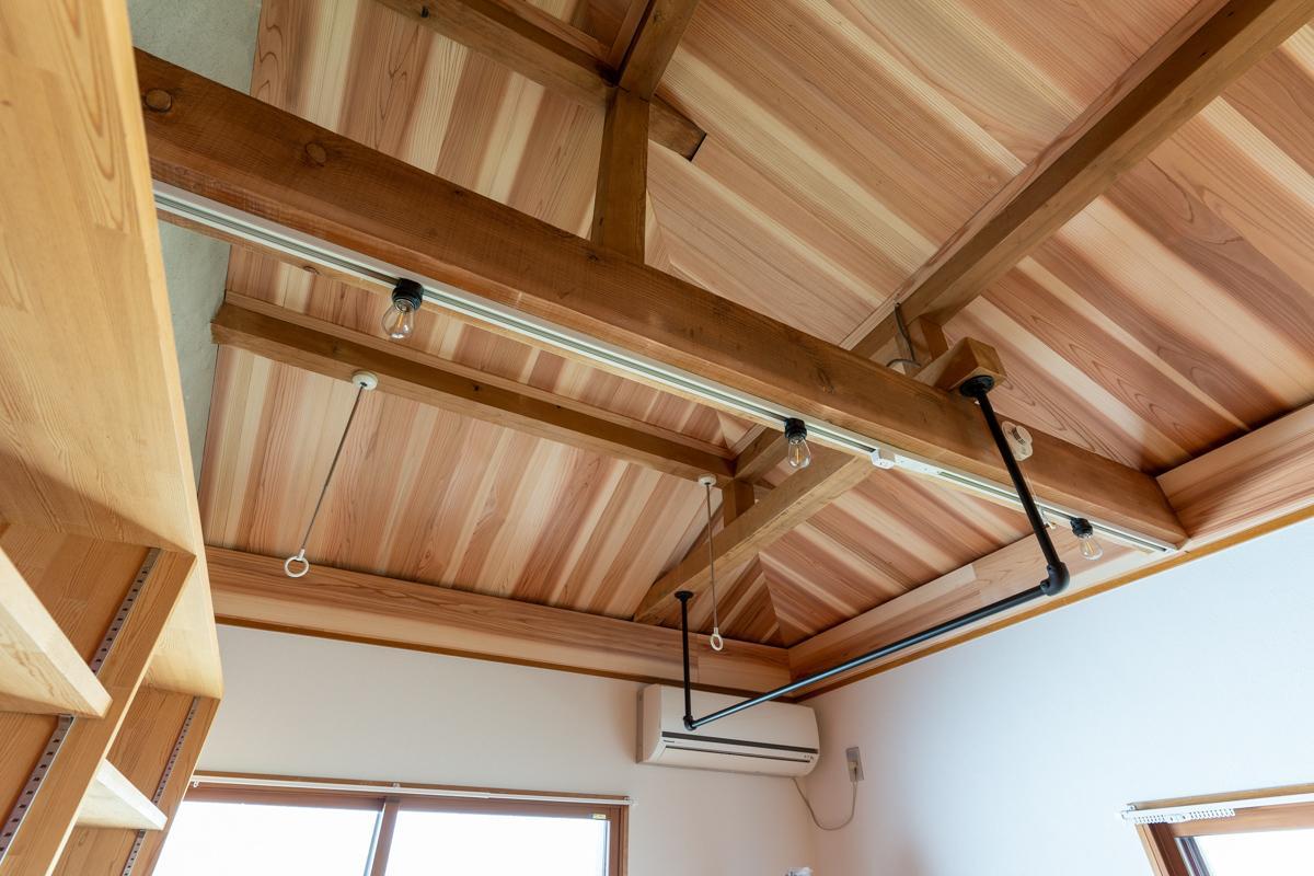 天井には無垢材が貼られています