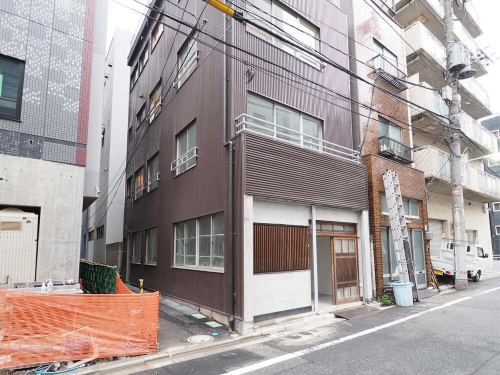 ビル側面にも通路と開口があります
