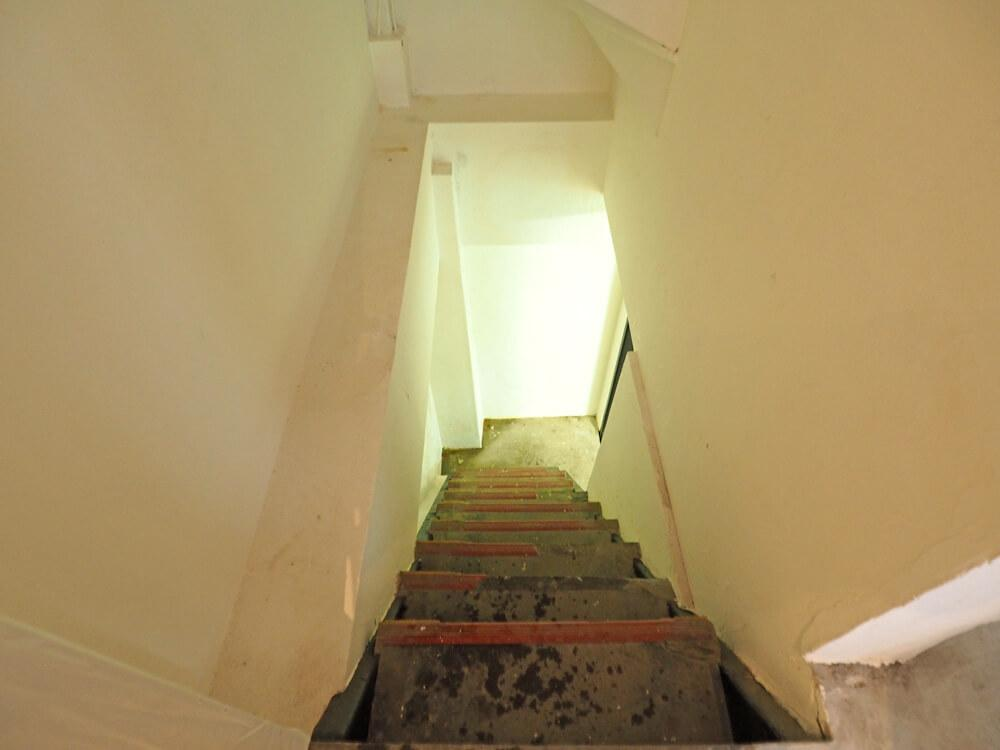 地下に下りる階段