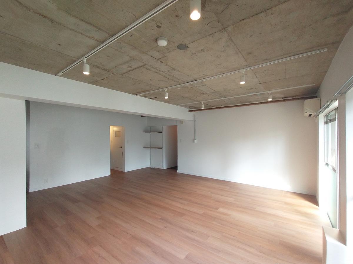参考写真:シンプルな約40㎡の空間(天井は造作され白く塗装されます)