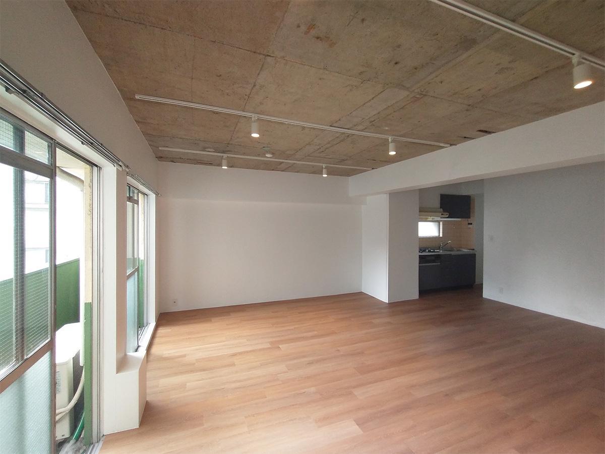 参考写真:ウッドタイルの床と壁は同じ仕様(天井は造作され白く塗装されます)