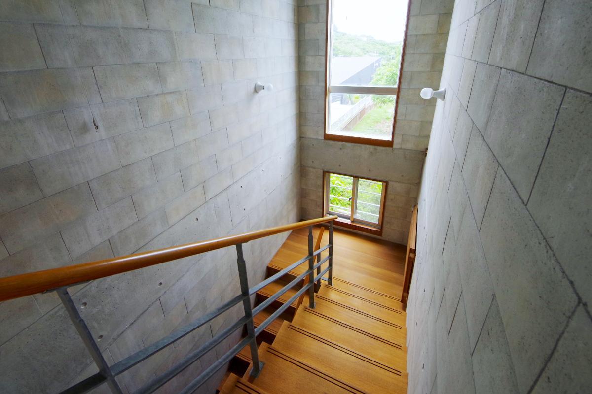 大きな吹き抜けになっている階段