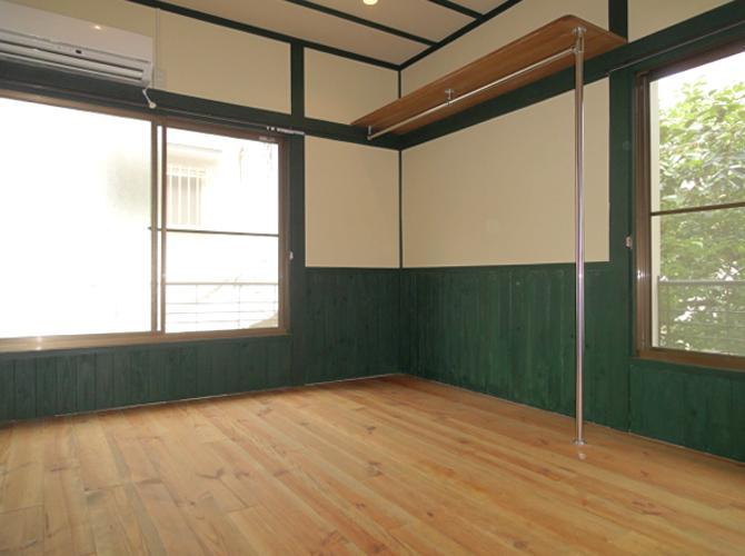 8号室オリーブ:西側の窓は少し前の建物とかぶります。でも日当たりよく風通しもよし