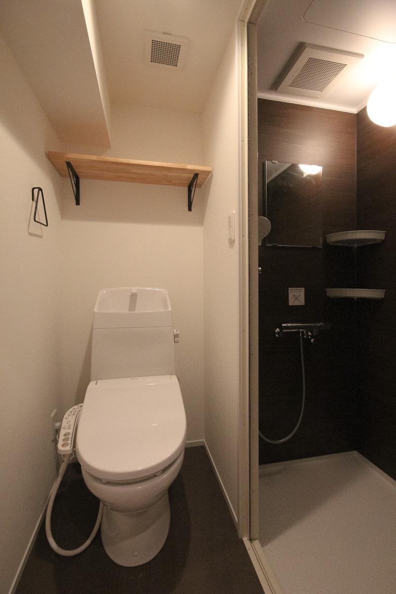 お風呂はシャワーのみ。脱衣所とトイレは同室