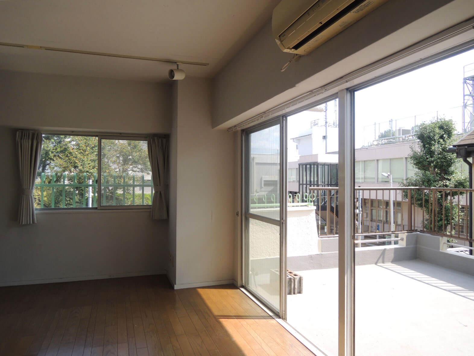 ワイドな窓辺と角部屋の開放感がうれしい!