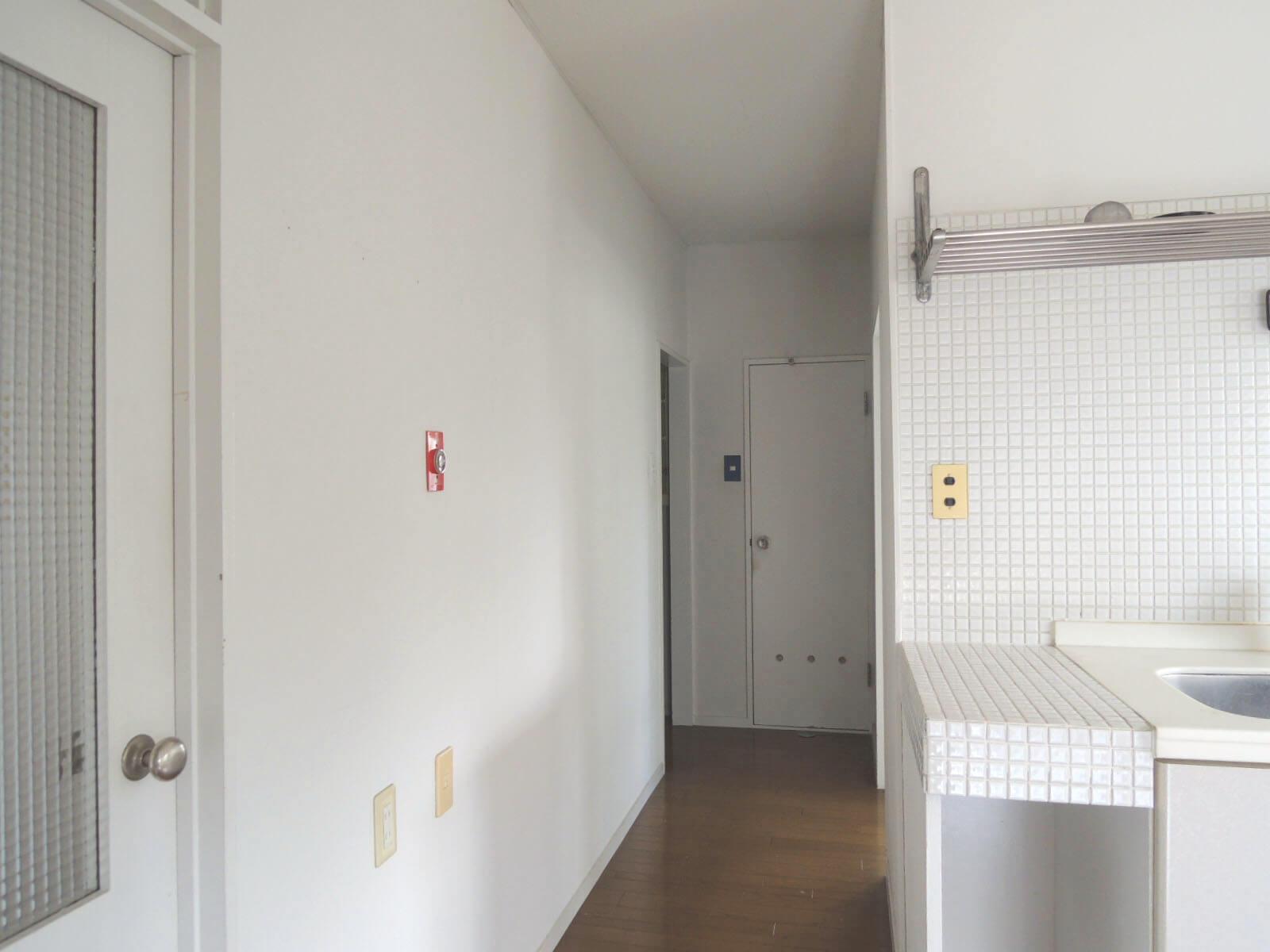 この先右側が寝室、突き当りがトイレ、左側がバス洗面