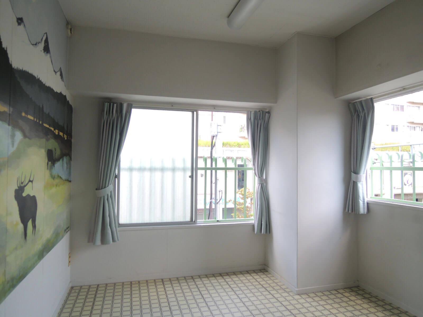 窓が2つあるので圧迫感はなし、寝室はエアコン設置が難しい可能性も